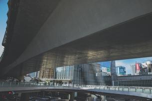 首都高速道路の高架下の渋谷駅東口の歩道橋の写真素材 [FYI04810510]