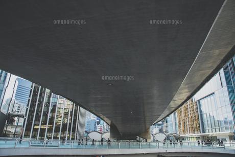 首都高速道路の高架下の渋谷駅東口の歩道橋の写真素材 [FYI04810511]