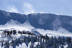 北海道 十勝岳連峰の冬の風景の写真素材 [FYI04810513]