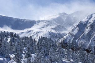 北海道 十勝岳連峰の冬の風景の写真素材 [FYI04810514]