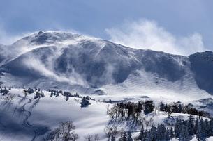 北海道 十勝岳連峰の冬の風景の写真素材 [FYI04810515]