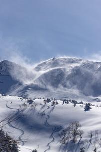 北海道 十勝岳連峰の冬の風景の写真素材 [FYI04810516]