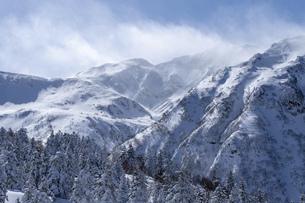 北海道 十勝岳連峰の冬の風景の写真素材 [FYI04810519]