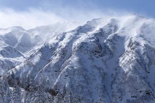 北海道 十勝岳連峰の冬の風景の写真素材 [FYI04810520]