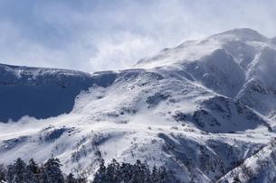 北海道 十勝岳連峰の冬の風景の写真素材 [FYI04810522]
