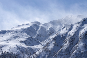 北海道 十勝岳連峰の冬の風景の写真素材 [FYI04810524]