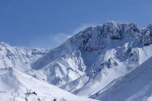 北海道 十勝岳連峰の冬の風景の写真素材 [FYI04810525]