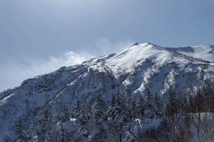 北海道 十勝岳連峰の冬の風景の写真素材 [FYI04810526]