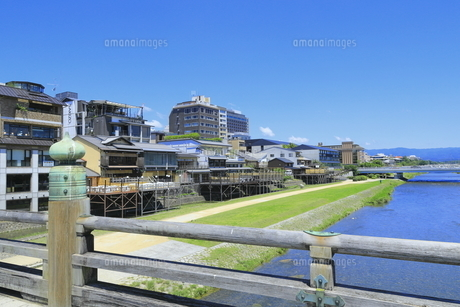 鴨川と三条大橋 の写真素材 [FYI04810764]