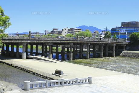 三条大橋と鴨川の河川敷の写真素材 [FYI04810774]