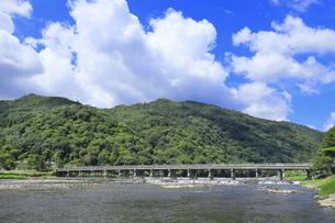 夏の嵐山と渡月橋の写真素材 [FYI04810848]