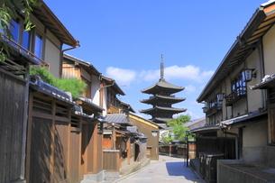 夏の八坂通と八坂の塔の写真素材 [FYI04810858]