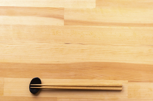 お箸と食卓のフレームの写真素材 [FYI04811107]