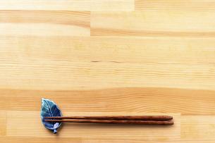 お箸と食卓のフレームの写真素材 [FYI04811108]