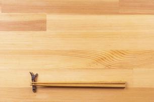 お箸と食卓のフレームの写真素材 [FYI04811110]