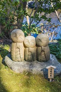 長谷寺の境内に点在する笑顔の地蔵の写真素材 [FYI04811151]