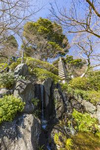 長谷寺 放生池脇の石塔の写真素材 [FYI04811155]