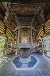 観音造立1300年を迎えた長谷寺の経蔵内部の天輪蔵の写真素材 [FYI04811165]