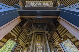 観音造立1300年を迎えた長谷寺の経蔵内部の天輪蔵の写真素材 [FYI04811172]