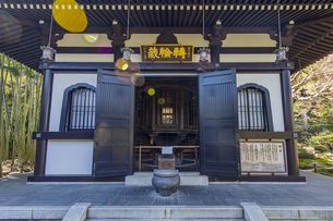 観音造立1300年を迎えた長谷寺の経蔵の写真素材 [FYI04811174]