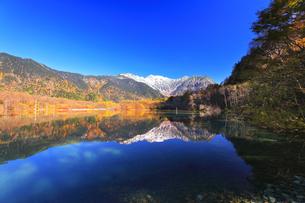 秋の上高地 大正池より紅葉と冠雪の穂高連峰の写真素材 [FYI04811257]
