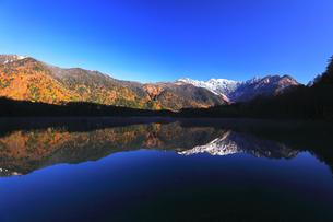 秋の上高地 大正池より紅葉と冠雪の穂高連峰の写真素材 [FYI04811259]