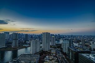 豊洲のビル群の夜景の写真素材 [FYI04811264]