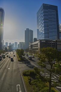 朝の豊洲駅周辺の高層ビル群と道路の写真素材 [FYI04811276]