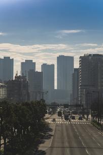 朝の豊洲駅周辺の高層ビル群と道路の写真素材 [FYI04811277]