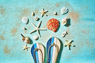 貝殻やサンダルの夏背景の写真素材 [FYI04811290]