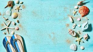 貝殻やサンダルの夏背景の写真素材 [FYI04811292]