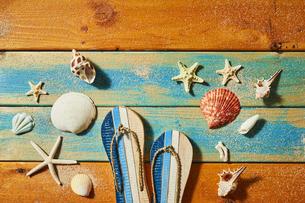 貝殻やサンダルの夏背景の写真素材 [FYI04811307]