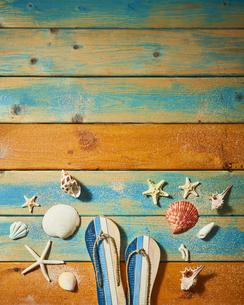 貝殻やサンダルの夏背景の写真素材 [FYI04811310]