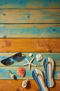貝殻やサンダルの夏背景の写真素材 [FYI04811312]