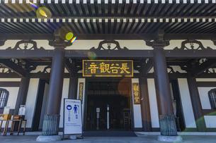観音造立1300年を迎えた長谷寺の観音堂の写真素材 [FYI04811319]