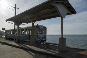 電車が入線する 下灘駅の写真素材 [FYI04811475]