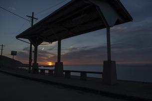 日没を向かえる 下灘駅の写真素材 [FYI04811528]