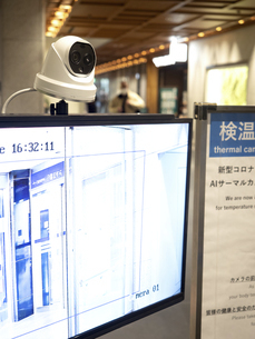 ビルのエントランスに設置されたサーマルカメラの写真素材 [FYI04811540]