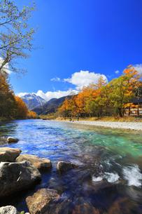 秋の上高地 梓川の清流と冠雪の焼岳の写真素材 [FYI04811629]