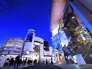 夕暮れの神宮前交差点 東京都の写真素材 [FYI04811708]