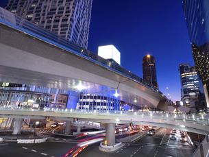 夕暮れの渋谷駅東口交差点 東京都の写真素材 [FYI04811770]