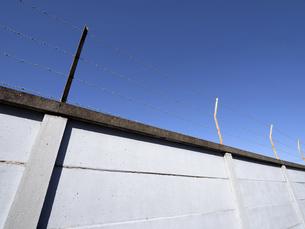 青空とブロック塀の写真素材 [FYI04811786]
