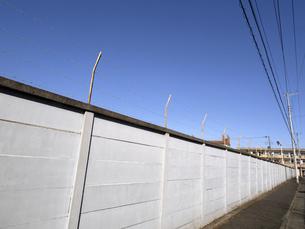 青空とブロック塀の写真素材 [FYI04811787]
