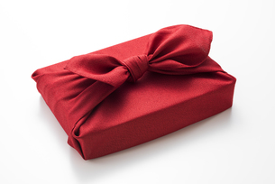 赤色の風呂敷に包んだ手土産の写真素材 [FYI04811836]