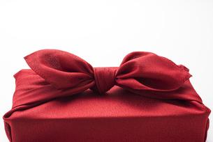 赤色の風呂敷に包んだ手土産の結び目の写真素材 [FYI04811838]