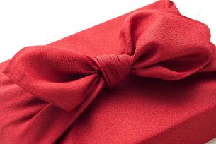 赤色の風呂敷に包んだ手土産の結び目の写真素材 [FYI04811839]
