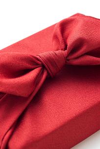 赤色の風呂敷に包んだ手土産の結び目の写真素材 [FYI04811842]