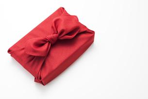 赤色の風呂敷に包んだ手土産の写真素材 [FYI04811843]