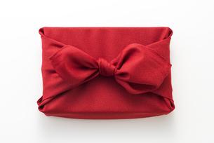 赤色の風呂敷に包んだ手土産の写真素材 [FYI04811846]