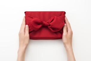 贈り物を手渡しする女性の手の写真素材 [FYI04811847]